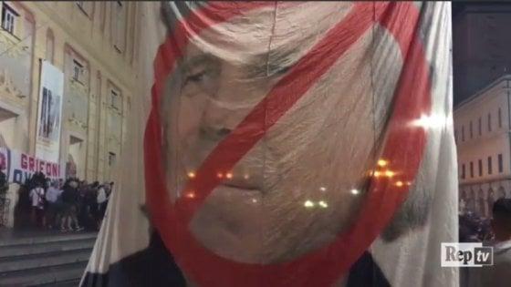 Genoa, il presidente Preziosi contestato in piazza De Ferrari