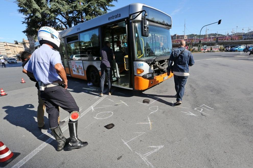 Bus contro scooter a Brignole, muore una donna di 43 anni