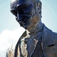 Genova, imbrattata di vernice nera la statua di Govi