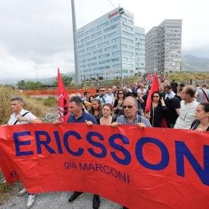 Licenziamenti alla Ericsson, 67 a casa per mail, i sindacati annunciano lo sciopero