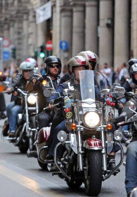 Sfilata di moto Harley nel centro di Genova