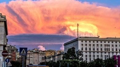 Grandi nuvole all'orizzonte e il tramonto diventa uno spettacolo  mozzafiato