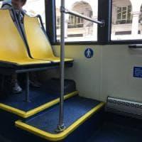 Anziani e disabili, due gradini per salire sul sedile riservato