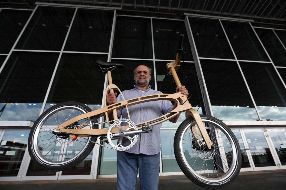 Una bici di legno, costruita come una barca