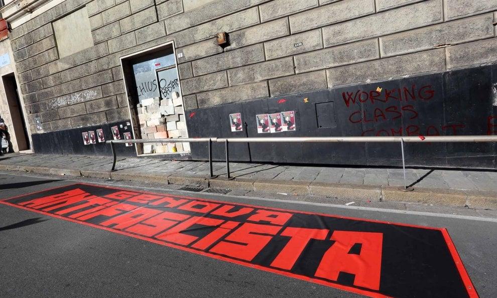 Genova, antifascisti chiudono sede dell'estrema destra col cemento