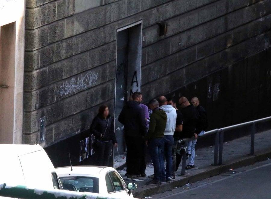 Genova, i neofascisti di Lealtà Azione smurano l'ingresso della loro sede