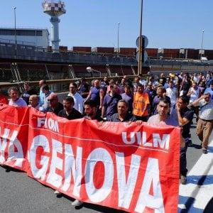 """Ilva, gli operai scendono in piazza: """"Fermate gli esuberi"""""""