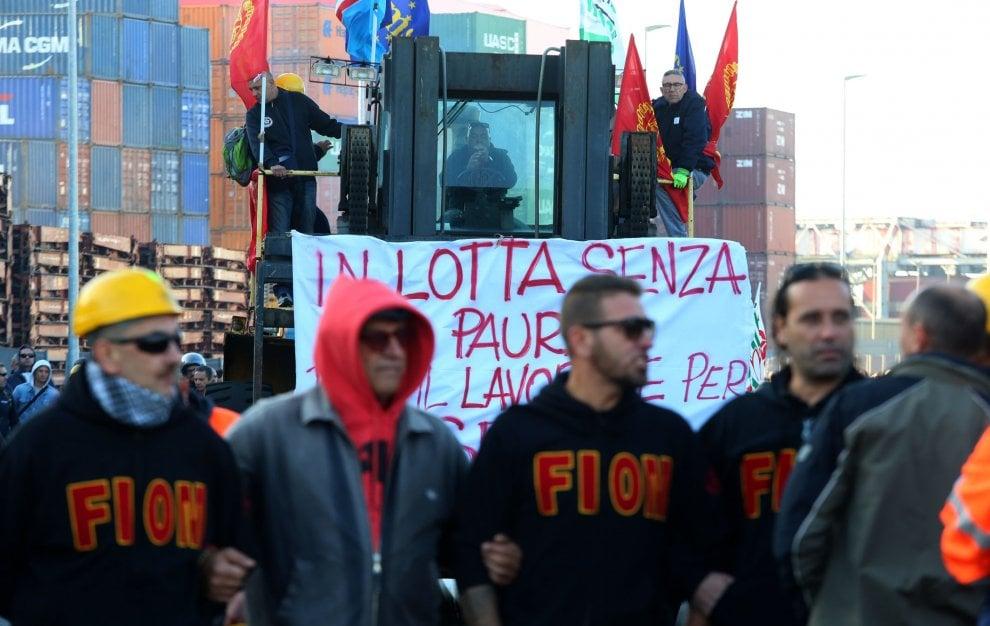 Genova, la protesta Ilva, operai in corteo