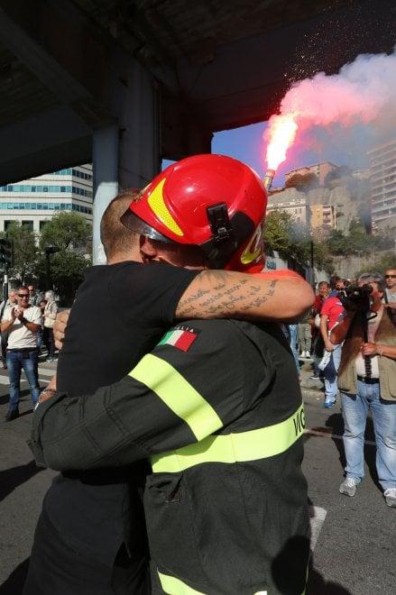 Genova, operai Ilva in corteo l'abbraccio fra tute blu e pompieri