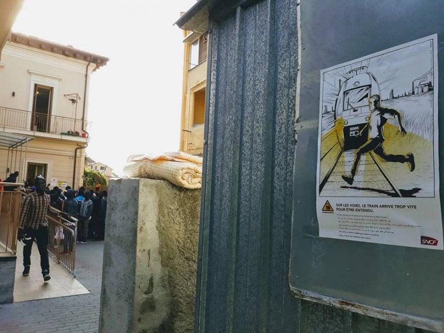 Ventimiglia, un opuscolo per i migranti sui pericoli della fuga lungo la ferrovia