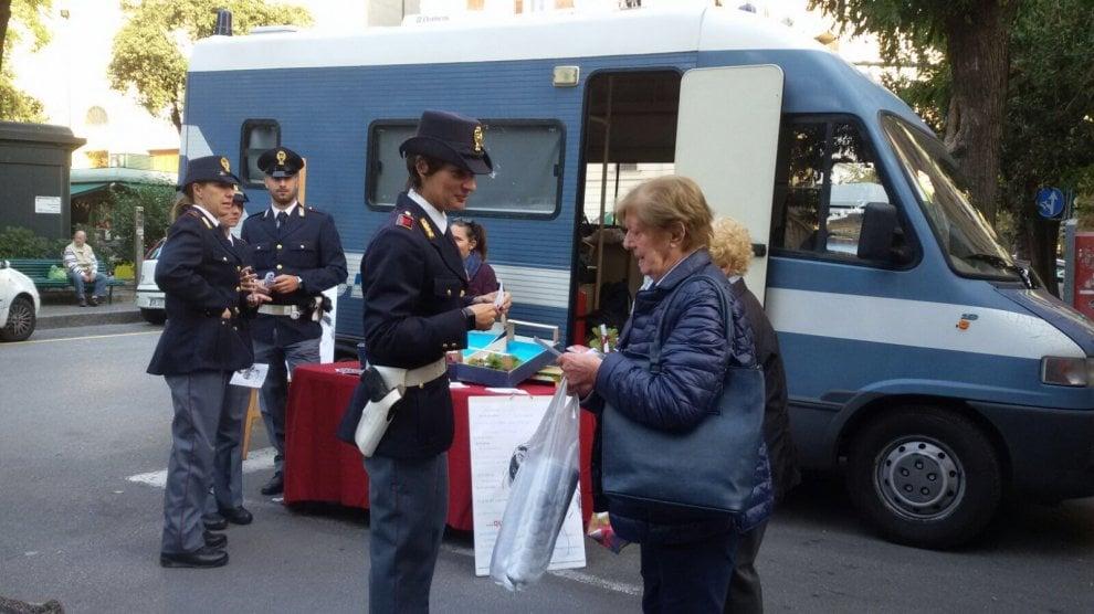 Genova, fa tappa il camper della polizia contro disagio giovanile
