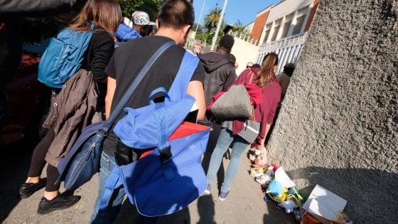 I 12 migranti sono arrivati a Multedo. Stamattina nuovo blocco e insulti a don Giacomo Martino
