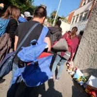 I 12 migranti sono arrivati a Multedo. Davanti all'ex asilo si stanno raccogliendo i...
