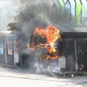 Quarto raid incendiario in zona Foce, caccia al piromane