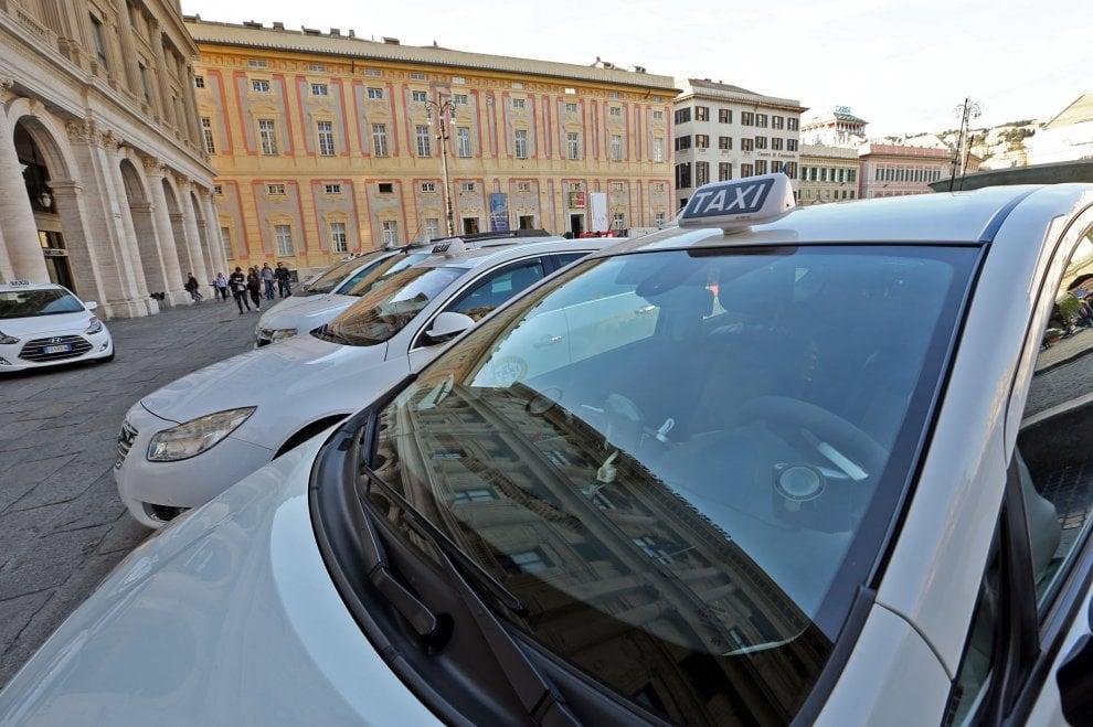 Taxi abusivi, il Comune sceglie la linea dura: multe ai clienti