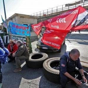 Sciopero logistica, bloccati i varchi portuali a Genova