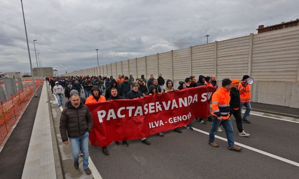 Ilva, il lungo corteo dei lavoratori fra le manifestazioni di solidarietà dei genovesi