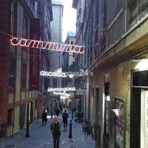 Parole luminose nel centro storico di Genova