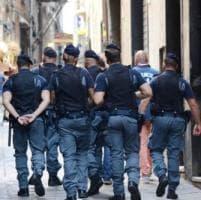 La polizia sgombera due alloggi occupati nel centro storico
