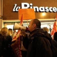 """""""Noi scioperiamo e voi comprate?"""", il venerdì nero dei dipendenti de La Rinascente"""