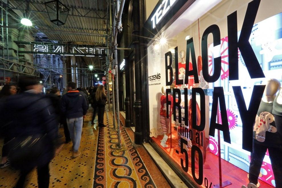 Genova, il black friday della Rinascente fra shopping e protesta