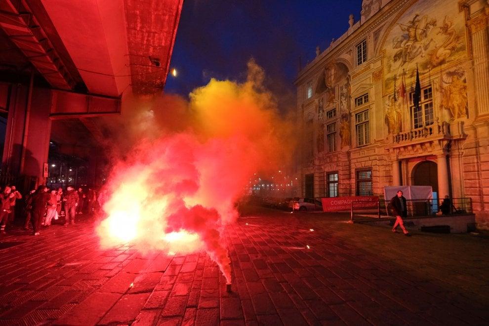 Portuali manifestano davanti a palazzo San Giorgio
