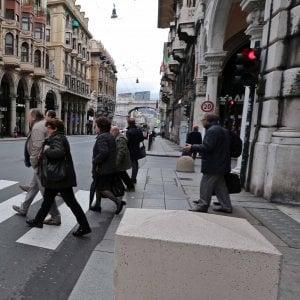 """Antiterrorismo a Genova, installato il  primo """"cubotto"""" in via XX settembre"""