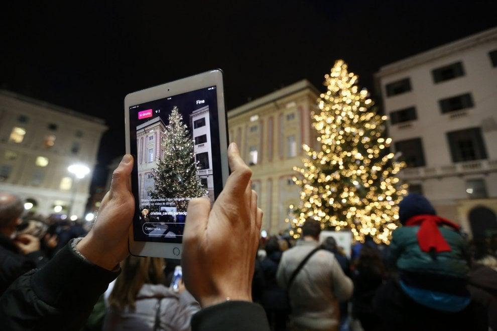Natale, acceso l'albero in piazza De Ferrari