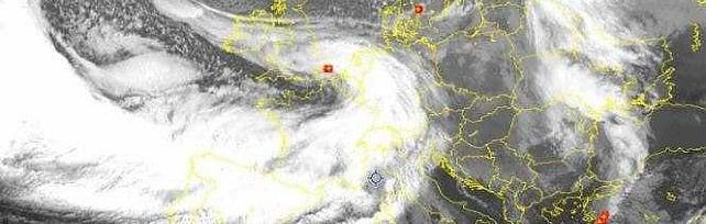 Domani allerta rossa sul Levante, arancione a Genova.   Treno bloccato ai Giovi    Video