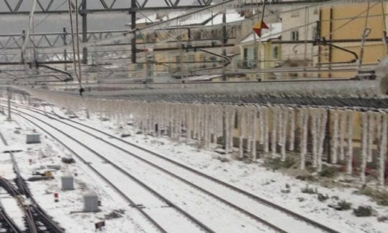 Allerta meteo in Liguria, treni nel caos per il gelo, e adesso fa paura il mare
