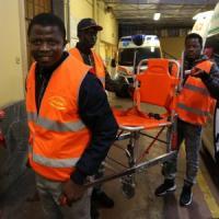 Migranti volontari in ambulanza grazie al dentista dei Vip