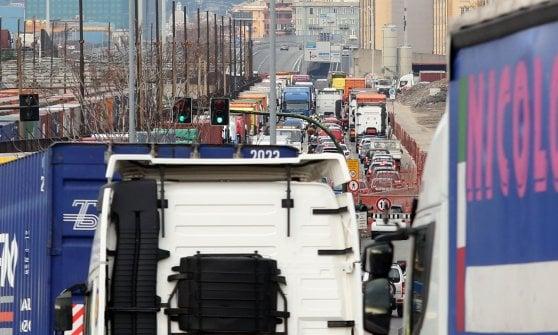 Code ai varchi del porto di Genova