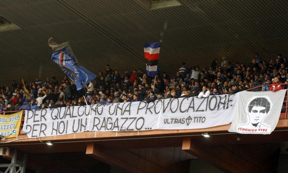 """I tifosi della Samp ricordano Aldrovandi, striscione nella """"Sud"""" per ragazzo ucciso da poliziotti"""