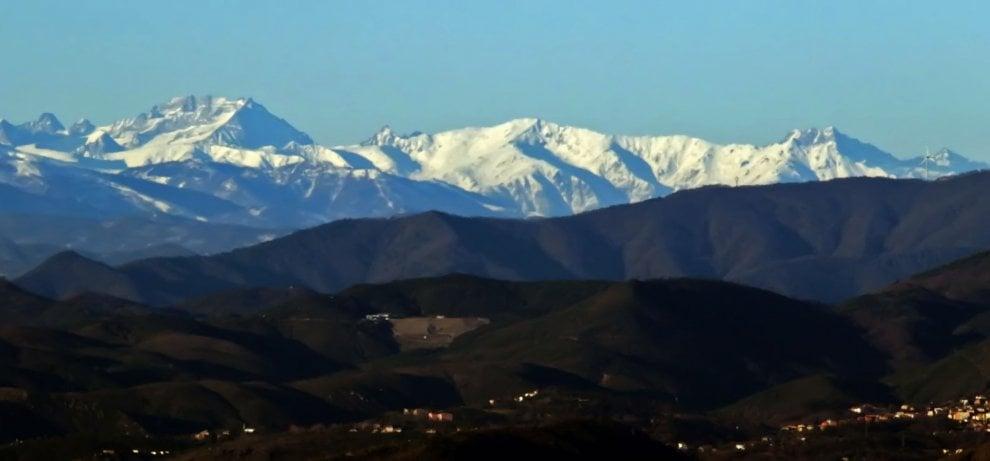 Liguria, monti innevati sullo sfondo del mare