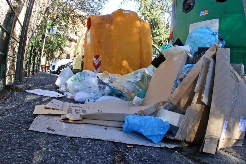 Via Paleocapa, un mare di spazzatura tra i bidoni