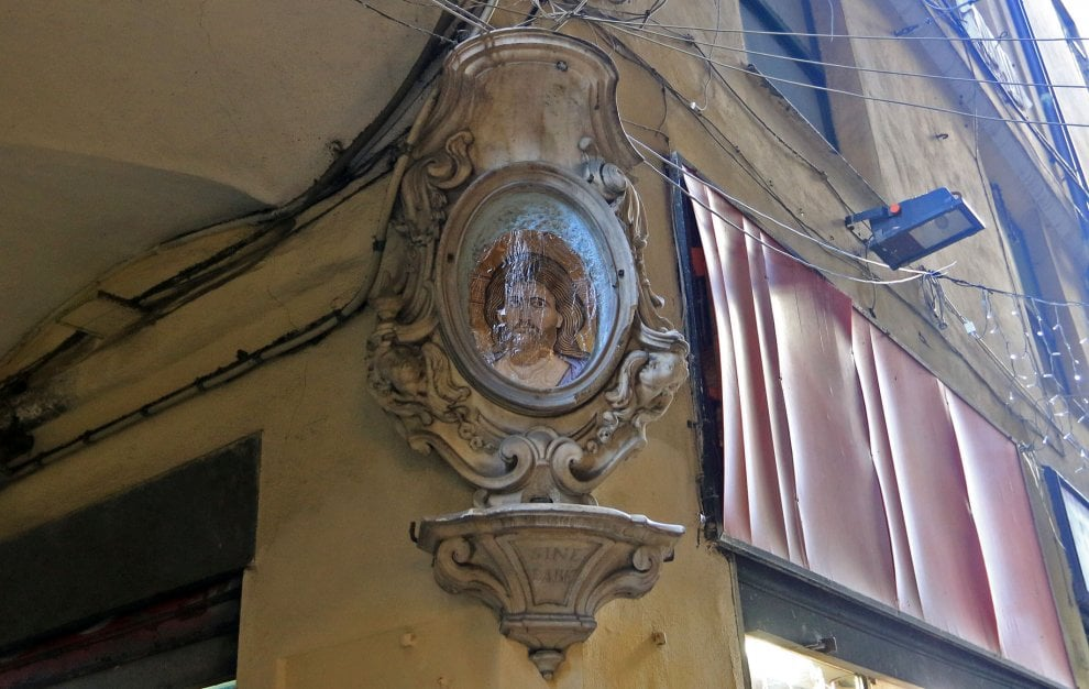 Genova, il mistero delle edicole votive ridipinte