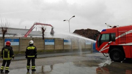 Savona, incendio divora impianto FG riciclaggi: allarme ambientale