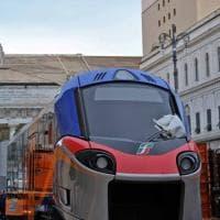 Spuntano due treni in piazza De Ferrari