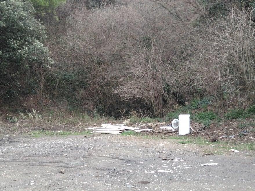 Parco del Righi come una discarica abusiva, sopralluogo e denuncia del Pd