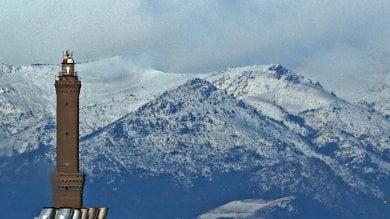 Genova, la neve  dietro alla Lanterna