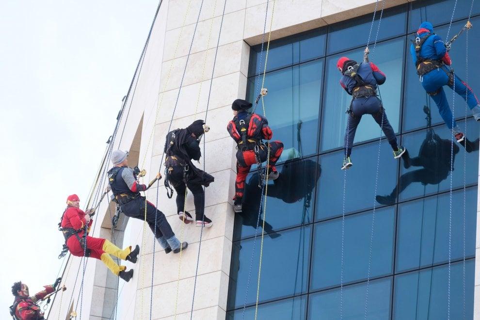 I supereroi si calano dal tetto del Gaslini a Genova