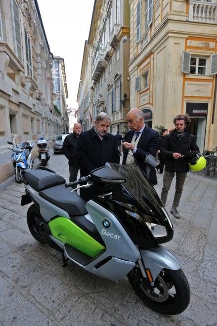 Due maxiscooter elettrici in comodato al comune di Genova