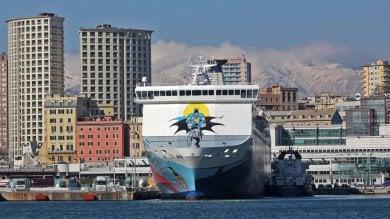 Genova stretta  tra mare e neve