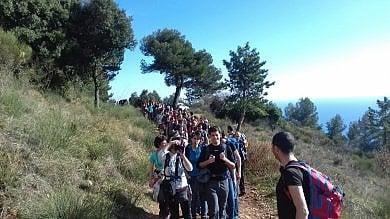 """Ventimiglia, passeggiata solidale con i migranti al """"Passo della morte"""""""