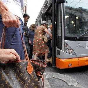 Genova, le rubano le chiavi sul bus e le svaligiano la casa