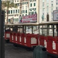 Anche sul trenino del Porto antico i manifesti no-vax