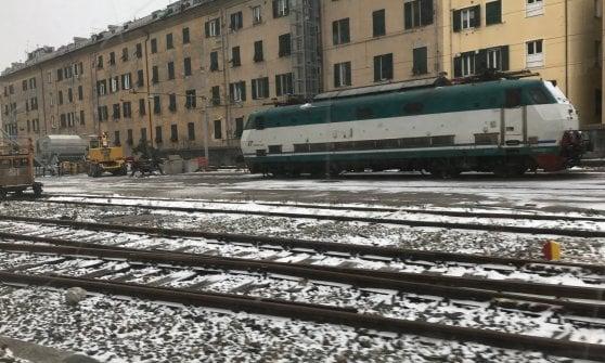 """Liguria spezzata in due per gelicidio, Genova isolata, circolazione dei treni interrotta per Milano e Torino per congelamento linee elettriche. Pendolari al freddo infuriati: """"Denunciamo Rfi"""""""