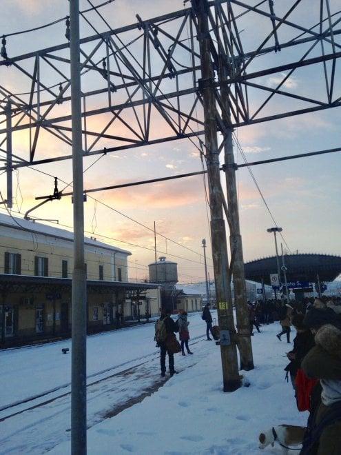 Treni in tilt, pendolari bloccati in stazione