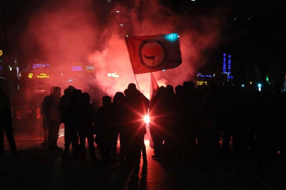 Antifascisti e CasaPound, volano i fumogeni