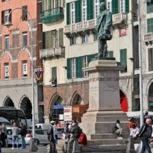 Piazza Caricamento, maxi rissa fra rumeni e marocchini sotto i portici